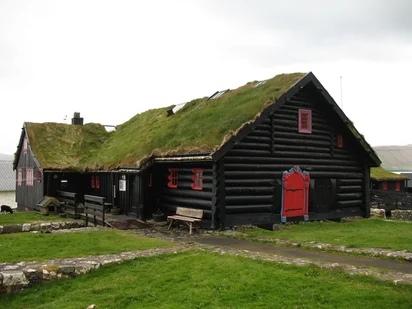 Kirkjubøargarður - один из старейших обитаемых деревянных домов в мире, датируется приблизительно XI в. В 1100 году здесь размещались епископская резиденция и семинария.